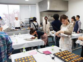 お菓子好きの方を対象とした 『アンリ・シャルパンティエのフィナンシェづくり体験』