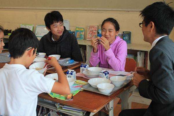兵庫県芦屋市内の小学校の給食に「フィナンシェ」贈呈
