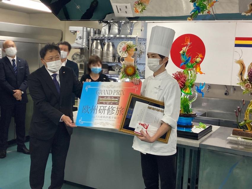 【お知らせ】第2回神戸洋菓子職人道 洋菓子フェスタ in Kobeで商品開発課の三崎隆平が優勝!
